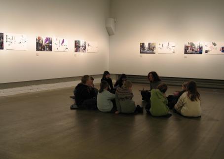 Lapsia istumassa ringissä näyttelytilan lattialla.