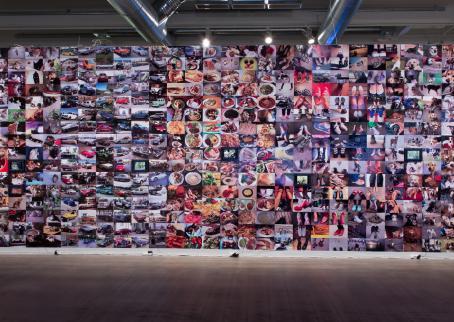 Näyttelyssä esillä oleva isokokoinen kollaasi jossa on satoja kuvia.