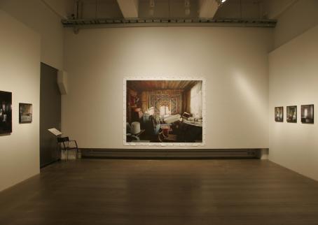 Näyttelytila, jossa esillä valokuvia.