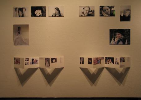 Valokuvia esillä näyttelyssä.