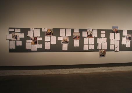 Kulttuurikurssin tuotoksia esillä näyttelyssä.