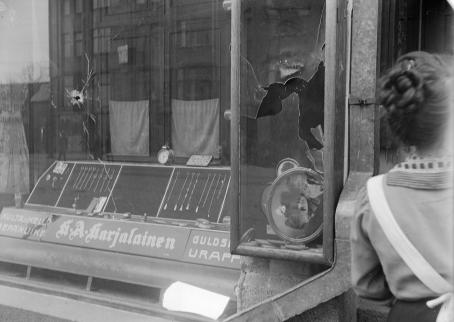 The broken window of Tyyne Böök's photography studio in Siltasaarenkatu, Helsinki, April 12, 1918. Photo: Tyyne Böök / The Finnish Museum of Photography